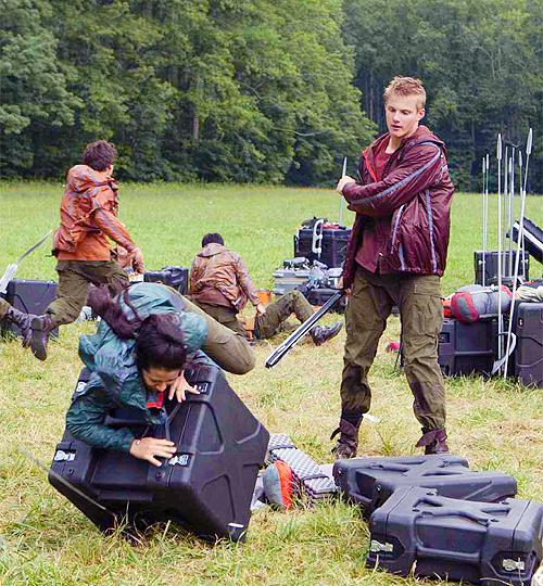 SPOILER ALERT!! New Photos: Cave Scene, Katniss & Peeta ... | 500 x 540 png 625kB
